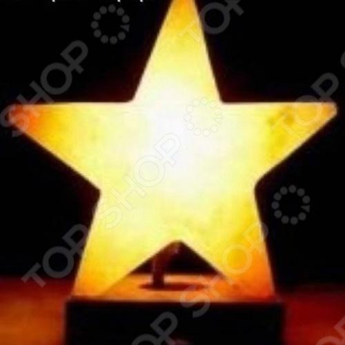 Лампа солевая ZENET ЗвездаСолевые лампы<br>Лампа солевая ZENET Звезда - плафон, который изготовлен из кристаллической каменной соли, который обладает эффектом очищения воздуха. Солевая лампа состоит из кристалла природной соли и небольшой лампы внутри него. Будучи включенной, лампочка нагревает окружающий ее кристалл, благодаря чему в помещении ощутимо увеличивается количество отрицательных ионов, благотворно влияющих на самочувствие и здоровье человека. Таким образом, ZENET Звезда является естественным ионизатором воздуха. Кроме того, кристаллическая соль значительно помогает в лечении многих болезней. Биоэнерготерапевты и литотерапевты рекомендуют оздоравливающее влияние кристаллов соли, чтобы поддержать лечение аллергии, системных респираторных и кровяных болезней. Они часто используются при лечении ревматизма. Лечебные особенности соли были доказаны тем, что рабочие в соляных шахтах очень редко страдают системными заболеваниями воздушных дыхательных путей. Помимо целительных свойств лампы солевой ZENET Звезда привлекает и ее эстетическое воздействие. Лампу приятно созерцать. Она придает очарование интерьеру. Приглушенные оттенки розового, оранжевого и желтого цветов создают особую мистическую атмосферу помещения. Солевая лампа создает уютную обстановку, позволяет расслабиться.<br>