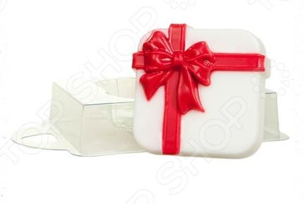 Форма пластиковая Выдумщики Коробка с подарками это профессиональная форма для литья мыла ручной работы. Если вы всерьез увлеклись изготовлением мыла, такая форма вам просто необходима! С ее помощью можно быстро и аккуратно сделать оригинальную плитку мыла. Форму с равным успехом можно использовать для изготовления массажных плиток, свечей и даже конфет. Мы представляем вам серию недорогих форм для мыла, которые можно использовать при проведении мастер-классов, обучении детей и новичков мыловарению. Форма твердо, не шатаясь, стоит на любой твердой поверхности, а мыло быстро застывает, так что вы почти сразу увидите готовый результат. Габариты формы: 149x95x25 мм.