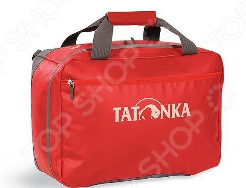 Сумка Tatonka Flight Barrel это прочная и просторная дорожная сумка, которую по достоинству оценят любители путешествий. Исключительная прочность сумки достигнута благодаря уникальной комбинации материалов Textreme и Tarpaulin. Вы можете использовать эту сумку и как рюкзак, для этого в ней предусмотрены специальные ручки. Размеры сумки позволяют брать ее в качестве ручной клади в самолете.