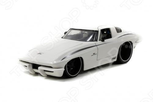 Модель автомобиля 1:18 Jada Toys Corvette Stingray Centennial 1963 это коллекционная модель, которая является копией настоящего автомобиля. Она изготовлена из металла с элементами пластика. У машинки двигаются колеса. Машинка является отличным подарком не только ребенку, но и коллекционеру. Однако, во время игры с такой машинкой у ребенка развивается мелкая моторика рук, фантазия и воображение.