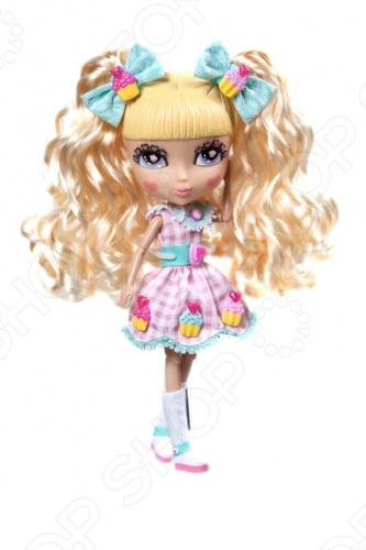 Кукла с аксессуарами Cutie Pops Шифон станет замечательным подарком для вашего малыша. Стильные куколки-сладкоежки, использующие любимые сладости в качестве украшений. Огромные возможности для создания и смены образов: сменные пряди-хвостики, глазки со сказочным макияжем и ресничками в виде сердечек. Одежда со съемными деталями. Все аксессуары пристегиваются с помощью кнопок, которые очень легко прикреплять и снимать. Рост куклы - 26 см, семь подвижных шарнирных соединений - голова, плечи, бедра и колени. В наборе: 1 кукла в нарядном платье и колготках, 1 пара обуви на кукле , 2 съемных хвостика на кукле , 2 дополнительных съемных хвостика, 1 набор бантиков, 1 пара открытых глаз на кукле , 1 дополнительная пара закрытых глаз, 10 украшений-кнопочек в виде сладостей для платья и прически 6 на кукле, 4 дополнительных .