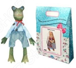 Подарочный набор для изготовления текстильной игрушки Кустарь «Жак»Изготовление кукол<br>Подарочный набор для изготовления текстильной игрушки Кустарь Жак это возможность своими руками сделать игрушечного друга. Очаровательная кукла Жак 44 см , изготовленная в стиле Tilda, одинаково понравится детям и взрослым. Она может стать прекрасным подарком близкому человеку, а может поселиться в вашей комнате. Игрушку очень просто изготовить, следуя подробной инструкции, приложенной к набору. Для прорисовки лица игрушки вы можете использовать акриловые краски или растворимый кофе, а для тонирования клей ПВА. В набор входят: 1.Ткань для тела 100 хлопок , ткань для одежды 100 хлопок , суперпух для набивки. 2.Декоративные элементы, пуговицы, нитки для волос, ленточки, кружево, украшения. 3.Инструмент для набивания игрушки, выкройка, инструкция.<br>
