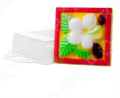 Форма пластиковая Выдумщики Цветок Франжипани это профессиональная форма для литья мыла ручной работы. Если вы всерьез увлеклись изготовлением мыла, такая форма вам просто необходима! С ее помощью можно быстро и аккуратно сделать оригинальную плитку мыла. Форму с равным успехом можно использовать для изготовления массажных плиток, свечей и даже конфет. Мы представляем вам серию недорогих форм для мыла, которые можно использовать при проведении мастер-классов, обучении детей и новичков мыловарению. Форма твердо, не шатаясь, стоит на любой твердой поверхности, а мыло быстро застывает, так что вы почти сразу увидите готовый результат.