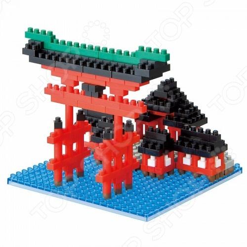 Мини-конструктор Nanoblock «Храм Ицукусима»Другие виды конструкторов<br>Мини-конструктор Nanoblock Храм Ицукусима это самый маленький в мире конструктор, который представляет собой удивительное творение японских инженеров. Высокоточные трехмерные модели стали очень популярны во всем мире, а теперь вы можете приобрести их и для своего ребенка. Высокое качество пластика, дизайн деталей и точная инструкция позволят добиться изумительной реалистичности у собранной модели. Сборка конструкции может занять от 10 минут до нескольких часов, ведь необходимо проявлять внимательность в подборе каждой детали. Собрав детали этого конструктора вы сможете получить фигурку храма, собранная фигурка сможет украсить интерьер детской комнаты. В комплекте вы найдете 340 деталей разных цветов, подставку, графическую инструкцию и запасные детали. Для ребенка очень полезно собирать конструкторы такого типа, ведь развивается мелкая моторика рук, логическое и пространственное мышление, усидчивость и координация движений.<br>