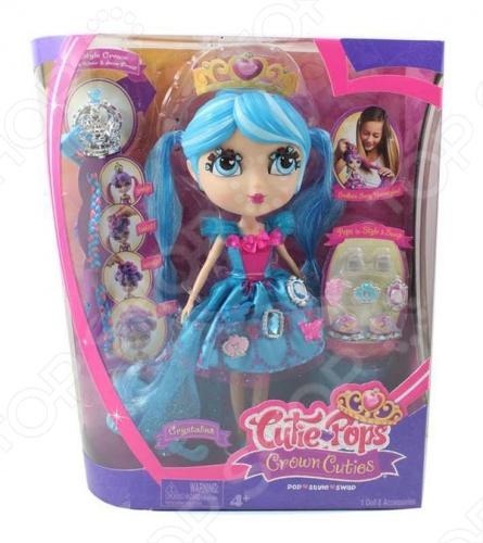 Кукла Cutie Pops Кристалина станет замечательным подарком. Это стильная куколка в изящном голубом платьице, а на своей очаровательной головке она носит диадему. Она быстро и легко меняет имидж, для этого в комплекте с ней идут различные аксессуары. Модель снабжена 7 шарнирами, благодаря чему ее конечности легко сгибаются, что делает игру с героиней еще интересней.