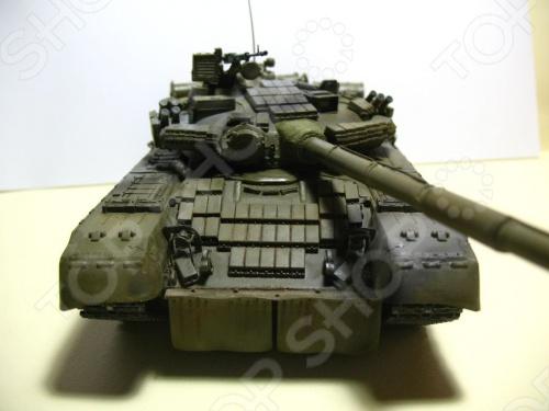 Сборная модель Звезда танк Т-80БВ . В 1985 г. на вооружение поступила новая модификация танка Т-80, которая получила обозначение Т-80БВ. Этот вариант имеет усиленное бронирование - навесную динамическую защиту на корпусе и башне. На танке устанавливается усовершенствованная 125-мм пушка-пусковая установка 2А46М-1 и спаренный с ней 7,62-мм пулемет ПКТ. Кроме того, на танке установили более мощный двигатель. Ходовые качества Т-80БВ, несмотря на увеличившийся вес, остались на прежнем уровне. Новый комплекс управляемого оружия позволил увеличить дальность поражения бронированных целей до 2000 м.