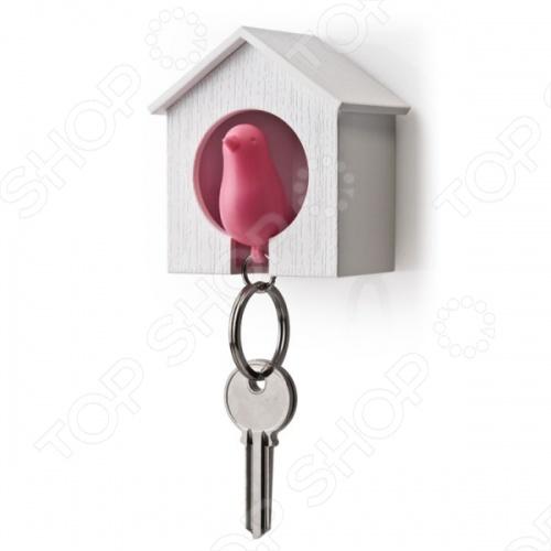 С держателем и брелоком для ключей Qualy Sparrow ваши ключи всегда будут на месте и в момент выхода из дома вы не начнете судорожно метаться по квартире в их поисках. Держатель выполнен в виде скворечника, а брелок в виде маленькой птички. Брелок можно использовать в качестве свистка. Модель выполнена из высококачественного ударопрочного пластика и представлена в шести цветовых решениях.