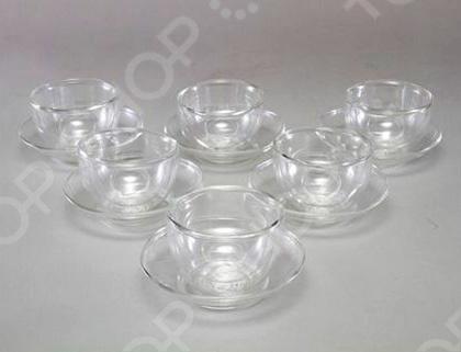 Чашка с блюдцем Stahlberg 7011-S изготовлены из термостойкого боросиликатного стекла и выдерживает температуру от -15 C до 148 C. Это позволяет использовать ее как для кипятка, так и для охлаждения в холодильнике. Сделанные из выдуваемого боросиликатного стекла, чашки и блюдца своей удивительной прозрачностью придают вашему чаю цвет и глубину. Комплект состоит из двух чашек и двух блюдец.