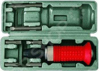 Ударная отвертка FIT IT обладает усиленной конструкцией. Стержень изготовлен из стали. Рукоятка обладает защитным фартуком. Применяется для выкручивания, закручивания и демонтажа резьбовых соединений. Отвертка комплектуется битами разного размера и профиля 36 мм: SL6; SL8; РН2; РН3; биты 75 мм: SL8; РН3 .