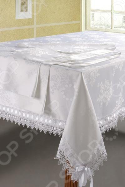 Скатерть с салфетками Softline 084 это главный элемент классического оформления обеденного стола. Он преобразит атмосферу вашей комнаты, придав ей теплоту и уют. Создаст праздничное, приподнятое настроение, подчеркнув при этом гостеприимность хозяев. Благодаря удачно подобранным материалам изготовления и расцветке, комплект потрясающе приятный на ощупь и гармонично сочетается с посудой и аксессуарами любой фактуры и цвета. В качестве сырья для изготовления этого изделия использованы нити ацетатного шелка. Ацетатный шелк это полусинтетический материал, более дешевый, чем натуральный шелк, но сохранивший его основные преимущества: приятную гладкость, роскошный блеск, устойчивость к сминаемости и долговечность. Как и натуральный шелк, ацетатная ткань привередлива к стирке температура не выше 30 С , но быстро высыхает и не требует глажки. Вещи из ацетатного шелка отличаются богатством и необычностью расцветок. Благодаря жаккардовому плетению изделие выглядит роскошно. Жаккард это плотная рельефная ткань со сложным рисунком. Жаккард нелегко изготовить: он делается на специальном станке и в основе может содержать более 24 нитей. Основой жаккарда могут быть как натуральные, так и синтетические и смесовые ткани. Неизменно одно роскошь и красота жаккардового плетения, которое используется только для элитных вещей. Будьте уверены, что жаккардовая ткань стоит своих денег ее прочность, долговечность и изысканность тому подтверждение.