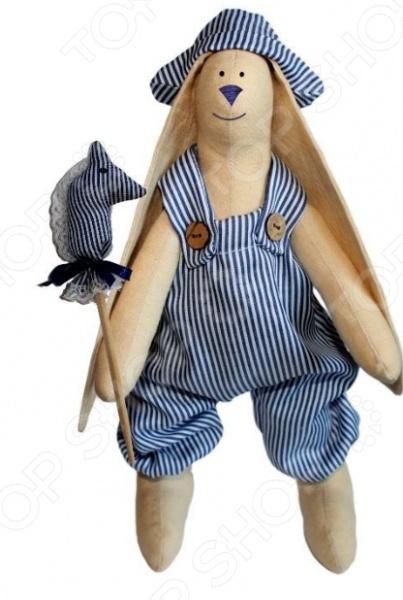 Набор для изготовления текстильной игрушки Артмикс «Зайка Илюша»Изготовление кукол<br>Набор для изготовления текстильной игрушки Артмикс Зайка Илюша это возможность своими руками сделать игрушечного друга. Очаровательная кукла Зайка Илюша 29 см , изготовленная в стиле Tilda, одинаково понравится детям и взрослым. Она может стать прекрасным подарком близкому человеку, а может поселиться в вашей комнате. Игрушку очень просто изготовить, следуя подробной инструкции, приложенной к набору. Для прорисовки лица игрушки вы можете использовать акриловые краски или растворимый кофе, а для тонирования клей ПВА.<br>