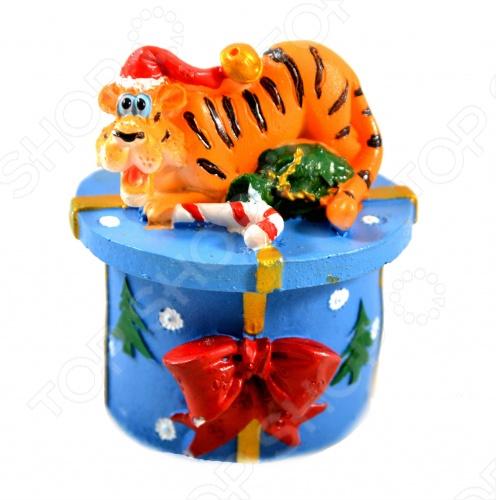 Красивая шкатулка Тигр с тигром в новогодней шапке на крышке. В эту шкатулку можно положить какие-нибудь маленькие вещи: драгоценности, пуговицы, скрепки и т.д.