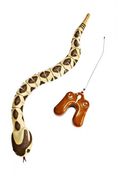 Игрушка на радиоуправлении Bradex «Змейка»Другие радиоуправляемые игрушки<br>Игрушка на радиоуправлении Bradex Змейка - оригинальная игрушка на радиоуправлении выполненная в виде змеи. Весьма правдоподобно имитирует восточную гремучую змею, которая считается одной из самых больших и опасных змей из семейства гремучих, средой обитания которых является США. Работает от 4 батареек типа ААА не входят в комплект . Bradex Змейка легко собирать и разбирать. Она может двигаться влево и вправо. Управление осуществляется за счет пульта, входящего в комплект. В процессе движения игрушка шевелит раздвоенным языком и гремит, подражая настоящей гремучей змее, что сделает процесс игры еще более увлекательным!<br>