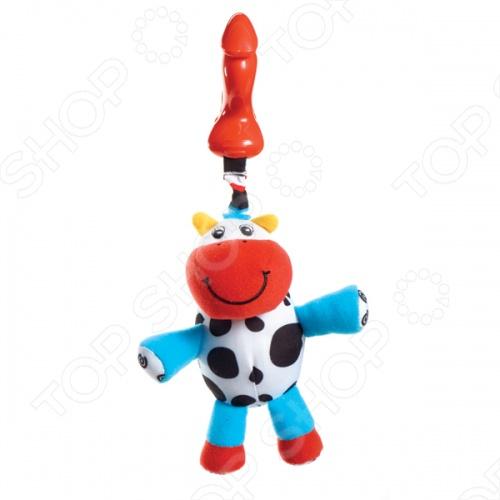 Подвес-погремушка теленок КУЗЯ - станет любимой игрушкой Вашего малыша. Благодаря пластиковой клипсе игрушку можно подвесить на кроватку, в коляску или в авто-кресло. Если малыш потянет за телёнка, то он завибрирует и начнёт возвращаться на место. Внутри спрятан бубенчик, поэтому при касании или при движении погремушка приятно звенит.