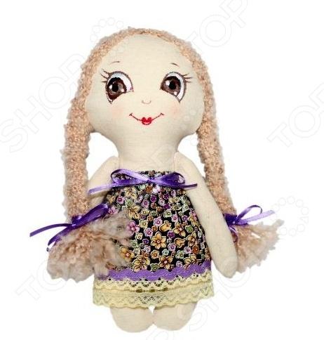 Набор для изготовления текстильной игрушки Кустарь Лерочка это возможность своими руками сделать игрушечного друга. Очаровательная кукла Лерочка 22 см , изготовленная в стиле Tilda, одинаково понравится детям и взрослым. Она может стать прекрасным подарком близкому человеку, а может поселиться в вашей комнате. Игрушку очень просто изготовить, следуя подробной инструкции, приложенной к набору. Для прорисовки лица игрушки вы можете использовать акриловые краски или растворимый кофе, а для тонирования клей ПВА. В набор входят: 1.Ткань для тела 100 хлопок , ткань для одежды 100 хлопок . 2.Декоративные элементы, пуговицы, нитки для волос, ленточки, кружево, украшения. 3.Инструмент для набивания игрушки, выкройка, инструкция.