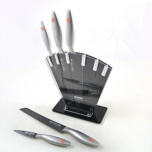 Набор ножей Vitesse LegendНожи<br>Набор ножей Vitesse Legend изготовлен из высококачественной нержавеющей стали. Тщательно разработанный дизайн рукоятки и качество ее шлифовки позволяет ножу удобно располагаться в руке. Оригинальная удобная подставка станет стильным аксессуаром любой кухни. Сечение ножей - клинообразно, что позволяет режущей кромке клинка быть продолжительное время острой. В комплекте 5 самых необходимых ножей. Ножи пригодны для мытья в посудомоечной машине.<br>