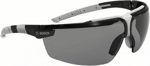 Очки защитные с дужками Bosch GO 3GБезопасность работ<br>Очки защитные с дужками Bosch GO 3G представляют собой необходимый аксессуар при выполнении монтажных и строительных работ. Модель предназначена для защиты глаз от ультрафиолетовых лучей, попадания пыли, стружки и других вредных веществ. Очки изготовлены из серого поликарбоната, оснащены удобными дужками и эргономичной оправой, обеспечивающей хорошую боковую защиту и хороший обзор. Налобная накладка и зажим на переносицу Softflex препятствуют соскальзыванию очков, а специальное покрытие защищает стекла от появления мелких царапин снаружи и запотевания очков изнутри. Изделие изготовлено в соответствии с европейскими стандартами в области средств индивидуальной защиты глаз EN 166.<br>