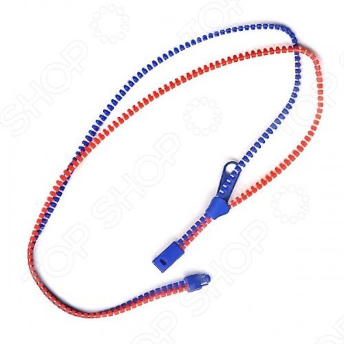 Ожерелье-молния RTO R130514 станет отличным подарком для любой модницы. Модель, сделанная в форме молниевой застежки, без сомнения добавит оригинальности и креатива вашему образу. Ожерелье можно носить как в застегнутом. так и в расстегнутом виде, использовать в качестве держателя для кулонов и подвесок. Длина ожерелья 48 см.