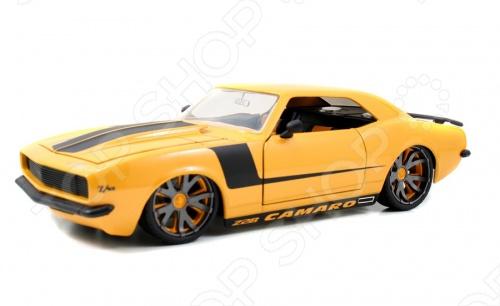 Модель автомобиля 1:18 Jada Toys Lopro 1968 Chevy Camaro Yellow W Balck Stripes это коллекционная модель, которая является копией настоящего автомобиля. Она изготовлена из металла с элементами пластика. У машинки двигаются колеса. Машинка является отличным подарком не только ребенку, но и коллекционеру. Однако, во время игры с такой машинкой у ребенка развивается мелкая моторика рук, фантазия и воображение.