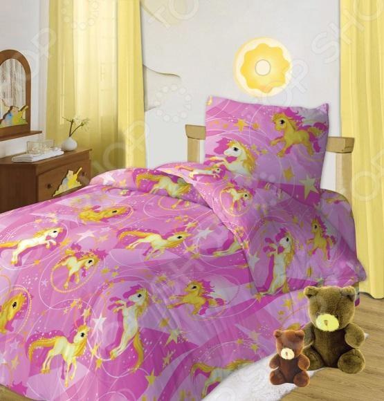 Детский комплект постельного белья Кошки-Мышки ЛошадкиДетские комплекты постельного белья<br>Комплект постельного белья Кошки-Мышки Лошадки это незаменимый элемент детской спальни. Чтобы вы были спокойны, сон вашего ребенка комфортным, а пробуждение приятным, мы предлагаем вам этот комплект постельного белья. Приятный цвет и высокое качество комплекта гарантирует, что атмосфера спальни наполнится теплотой и уютом, а ваш малыш испытает множество сладких мгновений спокойного сна. В качестве сырья для изготовления этого изделия использованы нити хлопка. Натуральное хлопковое волокно известно своей прочностью и легкостью в уходе. Волокна хлопка состоят из целлюлозы, которая отлично впитывает влагу. Хлопок дышит и согревает лучше, чем шелк и лен. Поэтому одежда из хлопка гарантирует владельцу непревзойденный комфорт, а постельное белье приятно на ощупь и способствует здоровому сну. Не забудем, что хлопок несъедобен для моли и не деформируется при стирке. За эти прекрасные качества он пользуется заслуженной популярностью у покупателей всего мира. Комплект постельного белья Кошки-Мышки Лошадки выполнен из ткани бязь. Бязь это одна из самых популярных тканей. Постоянному спросу на такую ткань способствует то, что на протяжении многих лет она остаётся незаменимой в производстве постельного белья, медицинской одежды, мужских сорочек и даже детских пеленок. Это объясняется уникальными свойствами такой ткани: она неприхотлива и долговечна. Постельное белье торговой марки Кошки-мышки позволит даже самому взыскательному покупателю найти продукт по душе и разнообразить интерьер детской комнаты.<br>