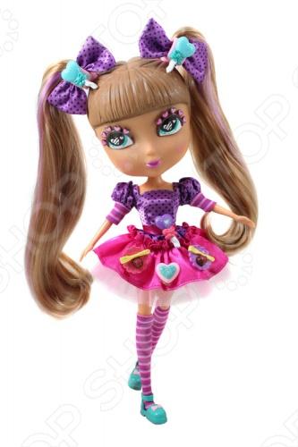 Кукла с аксессуарами Cutie Pops «Кармель»Куклы<br>Кукла с аксессуарами Cutie Pops Кармель станет замечательным подарком для вашего малыша. Стильные куколки-сладкоежки, использующие любимые сладости в качестве украшений. Огромные возможности для создания и смены образов: сменные пряди-хвостики, глазки со сказочным макияжем и ресничками в виде сердечек. Одежда со съемными деталями. Все аксессуары пристегиваются с помощью кнопок, которые очень легко прикреплять и снимать. Рост куклы - 26 см, семь подвижных шарнирных соединений - голова, плечи, бедра и колени.<br>