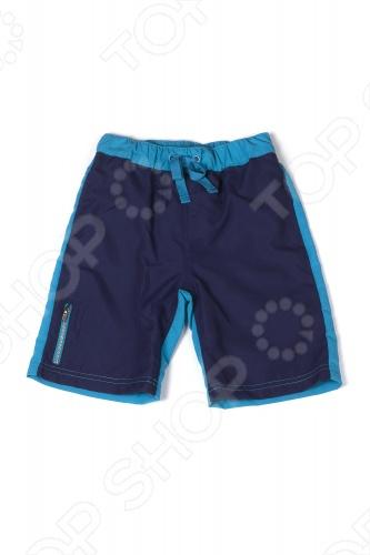 Шорты для мальчиков Appaman Colorblock Swim Trunks. Цвет: синийШорты для мальчиков<br>Шорты для мальчиков Appaman Colorblock Swim Trunks это яркая и удобная вещь для плавания. Эластичная резинка на поясе дарит полный комфорт движений, незаметные втачные карманы по бокам обеспечивают функциональность, а декоративный кармашек на молнии дополняет образ. Эти двухцветные шорты, сшитые из ткани высокого качества замечательный вариант для пляжного отдыха! Состав: 100 полиэстер. Американский бренд Appaman основан в 2003 году дизайнером Харальдом Хузуме. Он создает уникальные наряды в стиле AMERIPOP. Хузум находит вдохновение на улицах Бруклина, работая над многообразной палитрой ярких одежд. Воплощая свои творческие проекты, дизайнер не забывает об удобстве и качестве детских вещей. Вы считаете, что наряд Вашего ребенка должен быть не только удобным, но также стильным и индивидуальным Тогда бренд Appaman для Вас!<br>