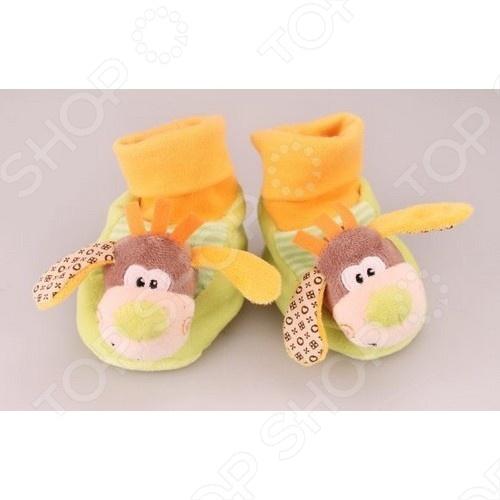 Тапочки-игрушка Жирафики «Собачки»Носки. Пинетки. Колготки<br>Тапочки-игрушка Жирафики Собачки поможет согреть ножки вашего малыша. Это веселый персонаж, который станет для вашего ребенка увлекательным развлечением. Погремушка спрятана внутри тапочек, и когда малыш шагает, издается интересный звук. С помощью данной модели игрушки у ребенка развиваются координация движений и мелкая моторика пальчиков.<br>