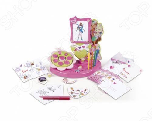 Набор для девочек Smoby Winx станет отличным подарком для творческих девочек. С помощью этого набора ваша малышка сможет разукрашивать любимых героин популярного мультфильма про фей Winx или делать открытки, приглашения и писать письма. А красочными штампиками и наклейками можно оригинально украсить школьные тетрадки, или альбомы. В набор входят:  6 красочных бланков;  один с символом Винкс  6 фломастеров;  3 листа наклеек;  1 тюбик краски;  одна рамка розового цвета;  5 разноцветных листов формата А4;  15 конвертиков и листиков для написания писем;  2 цветных скотча;  11 штампов с цветочками и орнаментами;  подставка для канцтоваров.