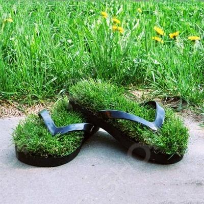 Тапочки-сланцы D191201-M - станут оригинальным и полезным подарком для ваших родных и близких. В ступнях человека находится большое количество нервных окончаний, которые воздействуют на внутренние органы, именно поэтому знатоки акупунктуры задействуют обувь и особенно тапочки в своей работе. Оригинальные шлепанцы из травы будут естественным образом влиять на организм человека. Каждый знает, как приятно ходить по траве босыми ногами, тапочки-сланцы подарят вам ощущение мягкой и свежей травы под ногами, что, несомненно, поможет расслабиться каждому кто наденет эту удивительную обувь. Это особенно актуально для больших городов, где нет возможности насладится прогулкой по траве.