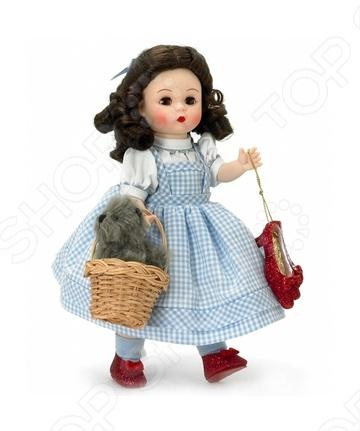 Кукла Madame Alexander «Элли и Тотошка»Куклы<br>Кукла Элли и Тотошка это замечательный подарок. Данная модель относится к коллекционным, одета в красивый наряд, а также имеет ленты и разные аксессуары. Руки и ноги двигаются, глаза, которые выполнены из стекла, закрываются. Модель сделана из качественного винила.<br>