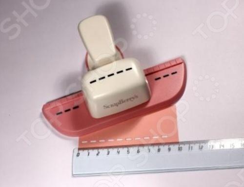 Фигурный дырокол ScrapBerry 39;s SCB 606.042 для декорирования кромки листа, вырезает узор в виде пунктирной линии. Отличный инструмент для занятий скрапбукингом и квиллингом, изготовления открыток и сувениров из бумаги. Долговечный дырокол. Если понадобится заточить лезвие, то достаточно просто прокомпостировать лист самой тонкой наждачной бумаги. При необходимости смазки ножа нужно проделать аналогичную операцию с парафинированной бумагой.