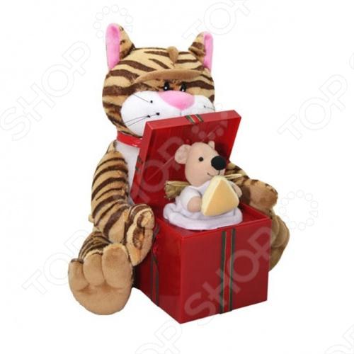 Мягкая игрушка интерактивная Музыкальные подарки «Кот и мышка»Мягкие интерактивные игрушки<br>Интерактивная игрушка Музыкальные подарки Кот и мышка понравится как деткам, так и взрослым. Котик споет вам весёлую песенку Вкусный сыр по мотивам всем известной песни. Плюшевый котик держит красную коробку, из которой то и дело появляется мышонок с сыром в лапках. Покачиваясь вправо и влево, кот исполняет куплеты песни, а хитрый мышонок подпевает ему в припевах.<br>