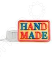 Форма пластиковая Выдумщики Hand Made это профессиональная форма для литья мыла ручной работы. Если вы всерьез увлеклись изготовлением мыла, такая форма вам просто необходима! С ее помощью можно быстро и аккуратно сделать оригинальную плитку мыла. Форму с равным успехом можно использовать для изготовления массажных плиток, свечей и даже конфет. Мы представляем вам серию недорогих форм для мыла, которые можно использовать при проведении мастер-классов, обучении детей и новичков мыловарению. Форма твердо, не шатаясь, стоит на любой твердой поверхности, а мыло быстро застывает, так что вы почти сразу увидите готовый результат. Габариты формы: 149x95x25 мм.