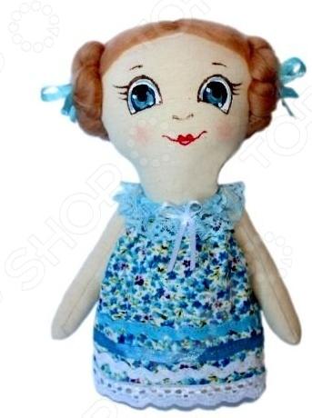 Подарочный набор для изготовления текстильной игрушки Кустарь Леночка это возможность своими руками сделать игрушечного друга. Очаровательная кукла Леночка 22 см , изготовленная в стиле Tilda, одинаково понравится детям и взрослым. Она может стать прекрасным подарком близкому человеку, а может поселиться в вашей комнате. Игрушку очень просто изготовить, следуя подробной инструкции, приложенной к набору. Для прорисовки лица игрушки вы можете использовать акриловые краски или растворимый кофе, а для тонирования клей ПВА. В набор входят: 1.Ткань для тела 100 хлопок , ткань для одежды 100 хлопок , суперпух для набивки. 2.Декоративные элементы, пуговицы, нитки для волос, ленточки, кружево, украшения. 3.Инструмент для набивания игрушки, выкройка, инструкция.