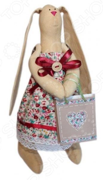 Набор для изготовления текстильной игрушки Кустарь Зайка Агата это возможность своими руками сделать игрушечного друга. Очаровательная кукла Зайка Агата 29 см , изготовленная в стиле Tilda, одинаково понравится детям и взрослым. Она может стать прекрасным подарком близкому человеку, а может поселиться в вашей комнате. Игрушку очень просто изготовить, следуя подробной инструкции, приложенной к набору. Для прорисовки лица игрушки вы можете использовать акриловые краски или растворимый кофе, а для тонирования клей ПВА. В набор входят: 1.Ткань для тела 100 хлопок , ткань для одежды 100 хлопок . 2.Декоративные элементы, пуговицы, нитки для волос, ленточки, кружево, украшения. 3.Инструмент для набивания игрушки, выкройка, инструкция.