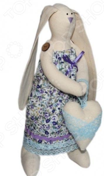 Набор для изготовления текстильной игрушки Артмикс Зайка Любава это возможность своими руками сделать игрушечного друга. Очаровательная кукла Зайка Любава 29 см , изготовленная в стиле Tilda, одинаково понравится детям и взрослым. Она может стать прекрасным подарком близкому человеку, а может поселиться в вашей комнате. Игрушку очень просто изготовить, следуя подробной инструкции, приложенной к набору. Для прорисовки лица игрушки вы можете использовать акриловые краски или растворимый кофе, а для тонирования клей ПВА. В набор входят: 1.Ткань для тела 100 хлопок , ткань для одежды 100 хлопок . 2.Декоративные элементы, пуговицы, нитки для волос, ленточки, кружево, украшения. 3.Инструмент для набивания игрушки, выкройка.