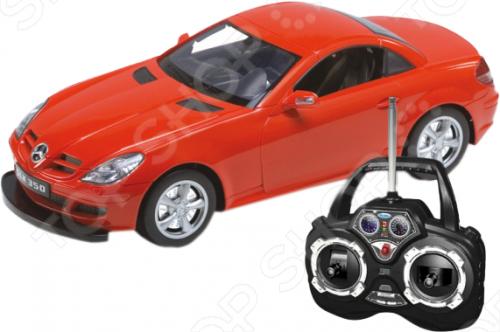 Модель машины на радиоуправлении 1:12 Welly M.BENZ SLK представляет собой точную копию настоящего автомобиля. Большая достоверность и похожесть настоящего транспортного средства обеспечивается наличием всех деталей, которые есть в реальной жизни: зеркалами заднего вида, выхлопной трубой, фарами, открывающимися дверями. Она будет прекрасным подарком для вашего малыша, так как это не только игрушка, но и полезная вещь, во время игры с которой у ребенка развивается мелкая моторика рук, воображение и фантазия. Радиоуправление позволяет осуществить движение вперед-назад, вправо-влево. При движении загорается свет передних и задних фар, а при помощи пульта управления открываются двери, что делает машинку ещё более интересной для ребёнка. Радиус действия пульта управления до 30м.