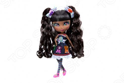 Кукла с аксессуарами Cutie Pops Кэнди станет замечательным подарком для вашего малыша. Стильные куколки-сладкоежки, использующие любимые сладости в качестве украшений. Огромные возможности для создания и смены образов: сменные пряди-хвостики, глазки со сказочным макияжем и ресничками в виде сердечек. Одежда со съемными деталями. Все аксессуары пристегиваются с помощью кнопок, которые очень легко прикреплять и снимать. Рост куклы - 26 см, семь подвижных шарнирных соединений - голова, плечи, бедра и колени. В наборе: 1 кукла в нарядном платье и колготках, 1 пара обуви на кукле , 2 съемных хвостика на кукле , 2 дополнительных съемных хвостика, 1 набор бантиков, 1 пара открытых глаз на кукле , 1 дополнительная пара закрытых глаз, 10 украшений-кнопочек в виде сладостей для платья и прически 6 на кукле, 4 дополнительных .