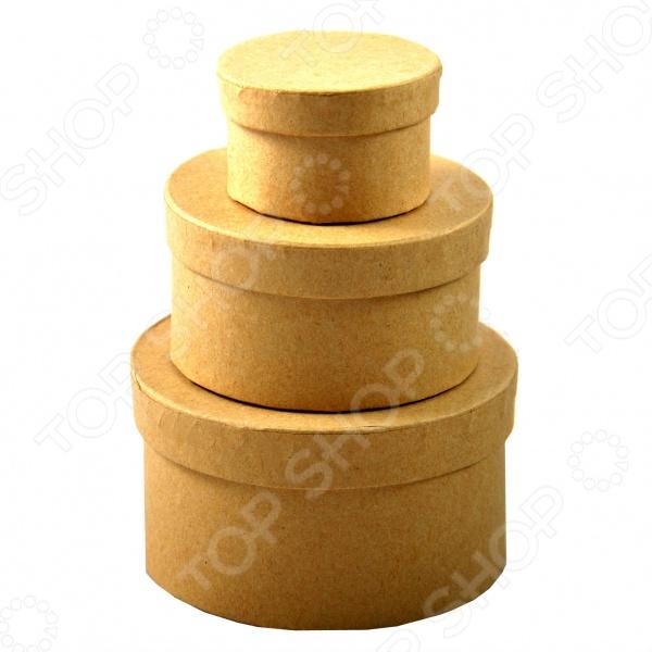 Набор из 3-х коробок La Fourmi CH2909Картонные заготовки<br>Набор из 3-х коробок La Fourmi CH2909, несомненно, пригодится в домашнем хозяйстве и станет отличным дополнением к вашему набору бытовых принадлежностей. В комплект входят три круглые коробки различного размера: 9х9х5 см, 7.5х7.5х4 см и 5х5х3 см. Изделия изготовлены из плотной бумаги, могут использоваться для хранения и упаковки различных предметов и изделий.<br>