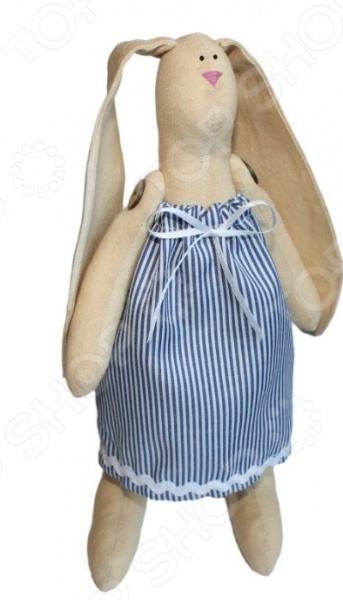 Набор для изготовления текстильной игрушки Кустарь Зайка Раиса это возможность своими руками сделать игрушечного друга. Очаровательная кукла Зайка Раиса 29 см , изготовленная в стиле Tilda, одинаково понравится детям и взрослым. Она может стать прекрасным подарком близкому человеку, а может поселиться в вашей комнате. Игрушку очень просто изготовить, следуя подробной инструкции, приложенной к набору. Для прорисовки лица игрушки вы можете использовать акриловые краски или растворимый кофе, а для тонирования кофе или чай. В набор входят: 1. Ткань для тела 100 хлопок , ткань для одежды 100 хлопок . 2. Декоративные элементы: пуговицы, нитки для волос, ленточки, кружево, украшения. 3. Инструмент для набивания игрушки, выкройка, инструкция.