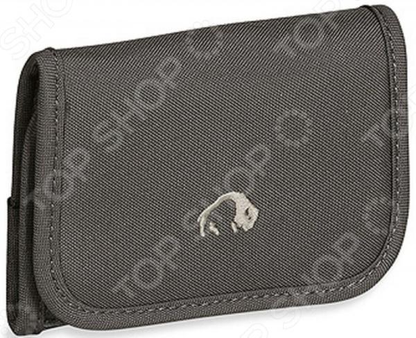 Кошелек Tatonka Folder 2878Кошельки туриста<br>Кошелек Tatonka Folder легкий и практичный кошелек на застежке, станет достаточно полезным предметом в походах и путешествиях. Есть отделение для банковских карт и карман для монет. Аксессуар выполнен из высококачественных и износоустойчивых материалов, поэтому ваши личные вещи будут в полной безопасности.<br>