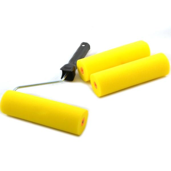 Валик поролоновый с ручкой FIT предназначен для работы с вододисперсионными красками и водорастворимыми лаками. Система с пластиковым роликом, бюгель 6 мм. В комплекте две шубки. Товар представлен в полиэтиленовом пакете с подвесом.