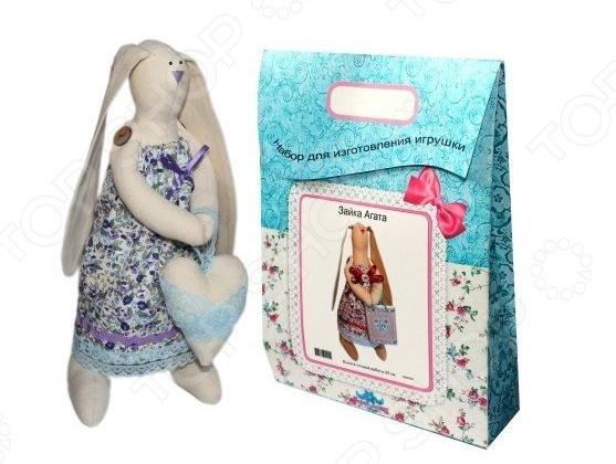 Подарочный набор для изготовления текстильной игрушки Кустарь Зайка Любава это возможность своими руками сделать игрушечного друга. Очаровательная кукла Зайка Любава 29 см , изготовленная в стиле Tilda, одинаково понравится детям и взрослым. Она может стать прекрасным подарком близкому человеку, а может поселиться в вашей комнате. Игрушку очень просто изготовить, следуя подробной инструкции, приложенной к набору. Для прорисовки лица игрушки вы можете использовать акриловые краски или растворимый кофе, а для тонирования клей ПВА. В набор входят: 1.Ткань для тела 100 хлопок , ткань для одежды 100 хлопок , суперпух для набивки. 2.Декоративные элементы, пуговицы, нитки для волос, ленточки, кружево, украшения. 3.Инструмент для набивания игрушки, выкройка, инструкция.