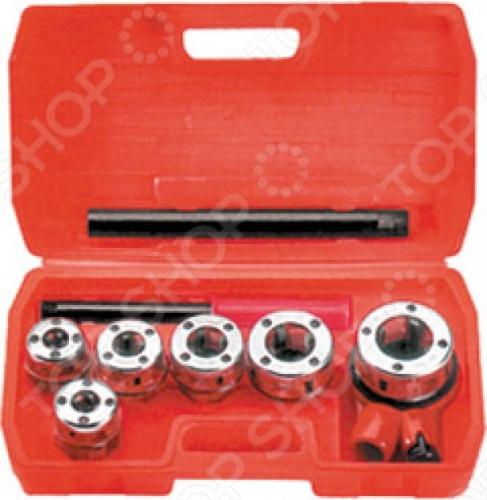 Набор клуппов трубных FIT - это сборная плашка для нарезки резьбы на металлических трубах стандартного диаметра. Состоит из:  Клуппа 3 8  Клуппа 1 2  Клуппа 3 4  Клуппа 1  Клуппа 1 4  Изготовлены из высокопрочной инструментальной стали, тем самым гарантируя долговечность инструментам. В комплекте входит компактный ластиковый чемодан для хранения инструментов.