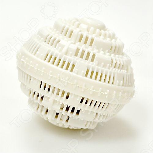 Стиральный шар очищает, отстирывает белье без чистящих средств. Его натуральное воздействие устраняет цветные пятна, при этом защищая Ваши вещи от окисления для того, чтобы сохранить цвет и структуру ткани. Кроме того, белье будет свежим, потому что шар устраняет плесень и неприятные запахи, которые могут находиться в стиральной машине. Стиральный шар эффективно работает с помощью отрицательных ионов, поступающих в воду. Вы можете использовать стиральный шар до 500 стирок при температуре от 30 до 60 градусов. Способ применения стирального шара:  Поместите шар в стиральную машину вместе с бельем.  При стирке более 5 кг используйте два шара.  Не используйте дополнительные моющие средства пятновыводитель, порошок, ополаскиватель , они могут уменьшить эффективность стирального шара.  Для сохранения эффективности, вынимайте шар из стиральной машины и, как минимум один раз в месяц, выставляйте на солнечный свет.