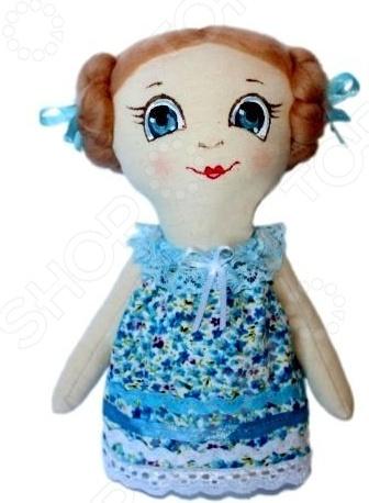 Набор для изготовления текстильной игрушки Кустарь Леночка это возможность своими руками сделать игрушечного друга. Очаровательная кукла Леночка 22 см , изготовленная в стиле Tilda, одинаково понравится детям и взрослым. Она может стать прекрасным подарком близкому человеку, а может поселиться в вашей комнате. Игрушку очень просто изготовить, следуя подробной инструкции, приложенной к набору. Для прорисовки лица игрушки вы можете использовать акриловые краски или растворимый кофе, а для тонирования клей ПВА. В набор входят: 1.Ткань для тела 100 хлопок , ткань для одежды 100 хлопок . 2.Декоративные элементы, пуговицы, нитки для волос, ленточки, кружево, украшения. 3.Инструмент для набивания игрушки, выкройка, инструкция.
