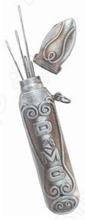 Футляр для игл DMC 6122 3, от известной марки по производству аксессуаров для шитья и рукоделия DMC, станет отличным дополнением к набору ваших швейных принадлежностей. Изделие весьма практично в использовании, предназначено для удобного и компактного хранения иголок различного размера. Футляр металлический, выполнен в винтажном стиле и декорирован замысловатым узором. Вмещает порядка 12 иголок.