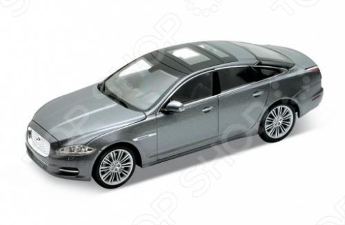 Модель машины 1:24 Welly Jaguar XJ. В ассортиментеМодели авто<br>Модель машины 1:24 Welly Jaguar XJ это коллекционная модель, которая является копией настоящего автомобиля. Она изготовлена из металла с элементами пластика. У машинки открываются двери, двигаются колеса. Машинка является отличным подарком не только ребенку, но и коллекционеру. Однако, во время игры с такой машинкой у ребенка развивается мелкая моторика рук, фантазия и воображение.<br>