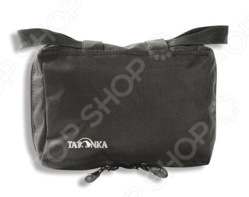 Tatonka Universal Pocket - это отличная поясная сумка, которую вы можете брать с собой в туристических походах, а так же использовать ее в повседневной жизни. Сетчатый карман, крючок, петли, для крепления на поясе делают ее применение очень удобным и практичным, а компактные размеры не сковывают движения и не мешают при работе.