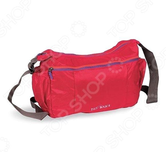 Сумка Tatonka Squeezy Bag это легкая плечевая сумка, которая пригодится любому путешественнику. Сумка сделана из материала T-Rip Light с силиконовым покрытием. Она не занимает много места, ее даже можно убрать в карман-чехол. В сумке есть основное отделение и карман на молнии, а также регулируемый плечевой ремень.